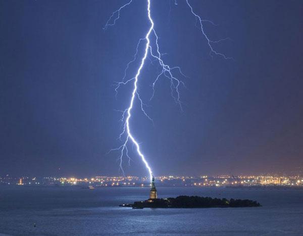 2-lightning-strikes-statue-