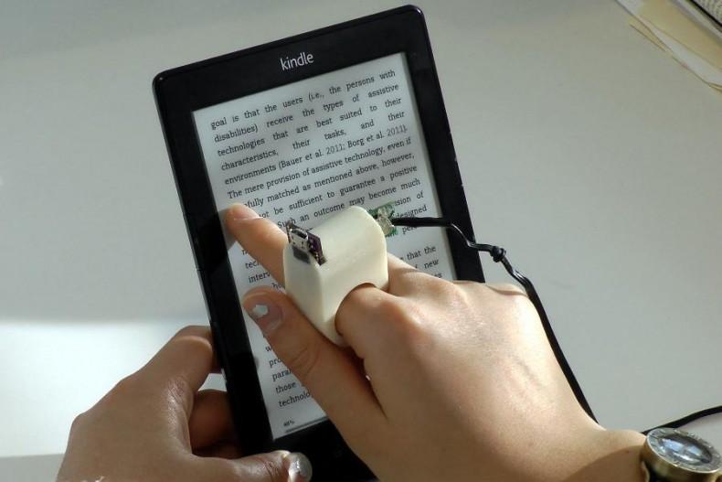 FingerReader-Reading-Kindle (1)