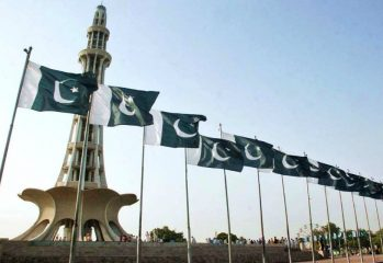 Minar-e-Pakistan-with-National-Flag
