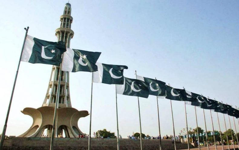 Minar-e-Pakistan-with-National-Flag
