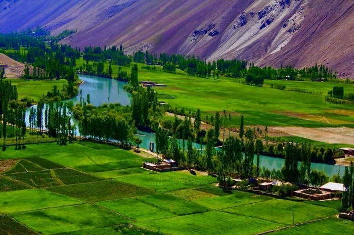 "socio economic issues of gilgit baltistan Socio economic impact of cpec on gilgit baltistan  game"", basing their  arguments on the challenges associated with this gigantic project."