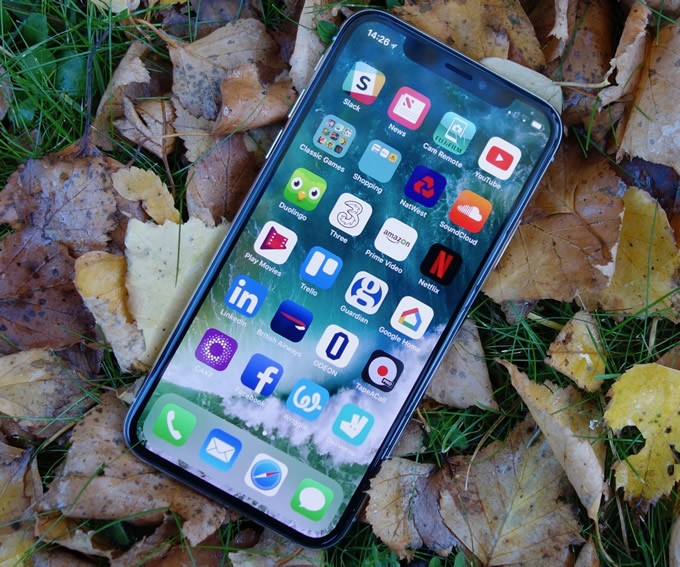 Apple 'to cut iPhoneX production target'